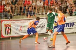 Ferri do Sub 14 sendo cercado pelos marcadores da Liga Leste em São Paulo
